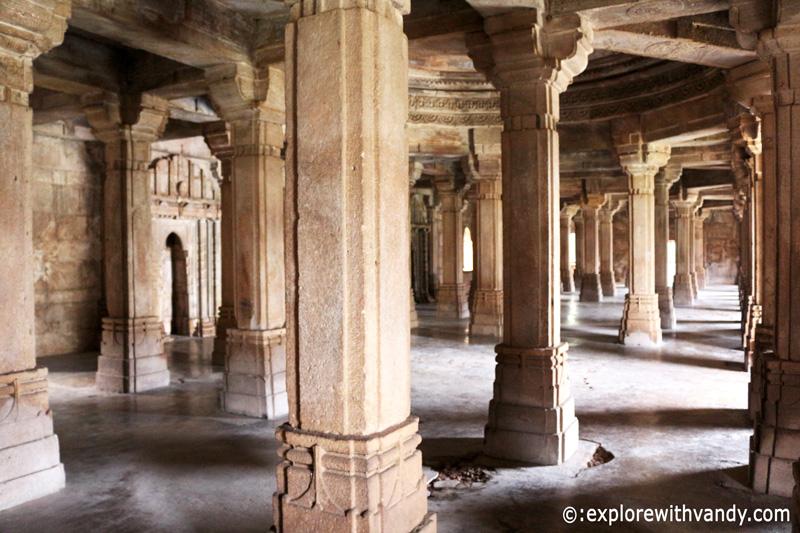 Pillars inside Sahar ki Masjid